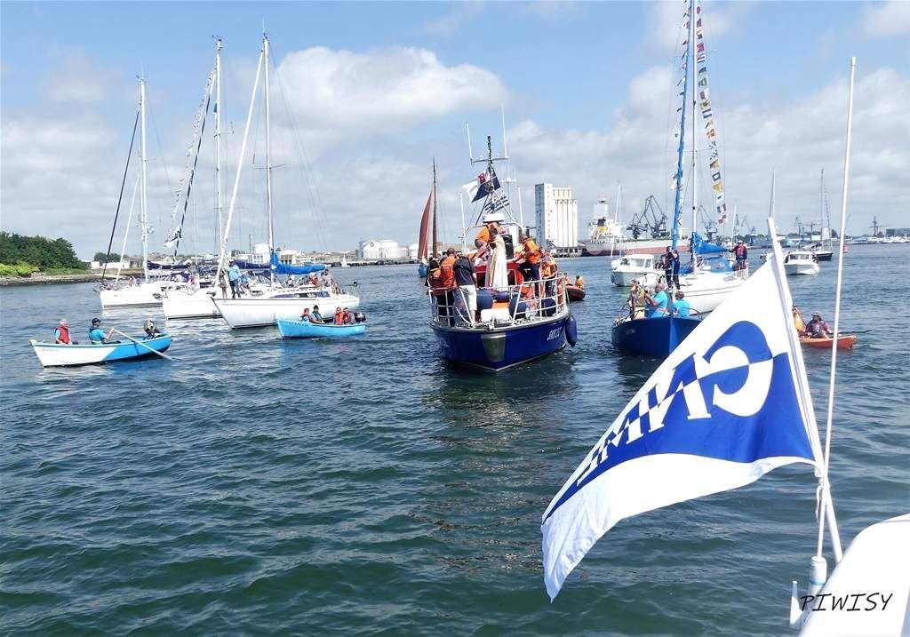 La fête du port a été aussi l'occasion de rendre hommage aux disparus en mer. Une intiative du CNML qui a invité a embarquer les minahouets pour participer à cette cérémonie avec notre station de la SNSM. Grand moment d'émotion.