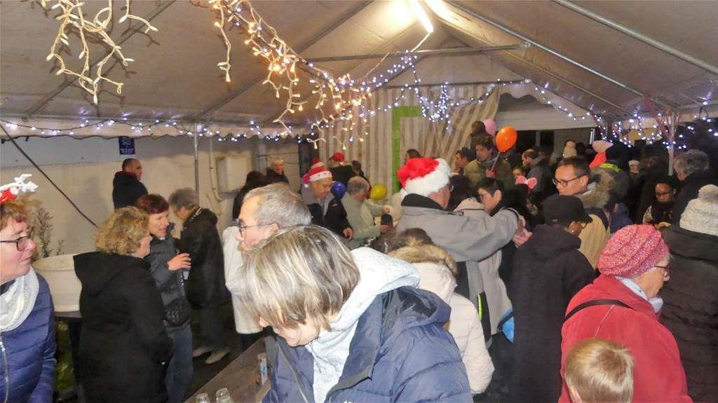 Ambiance venteuse pour accueillir le Père Noël, mais tous les enfants étaient là .
