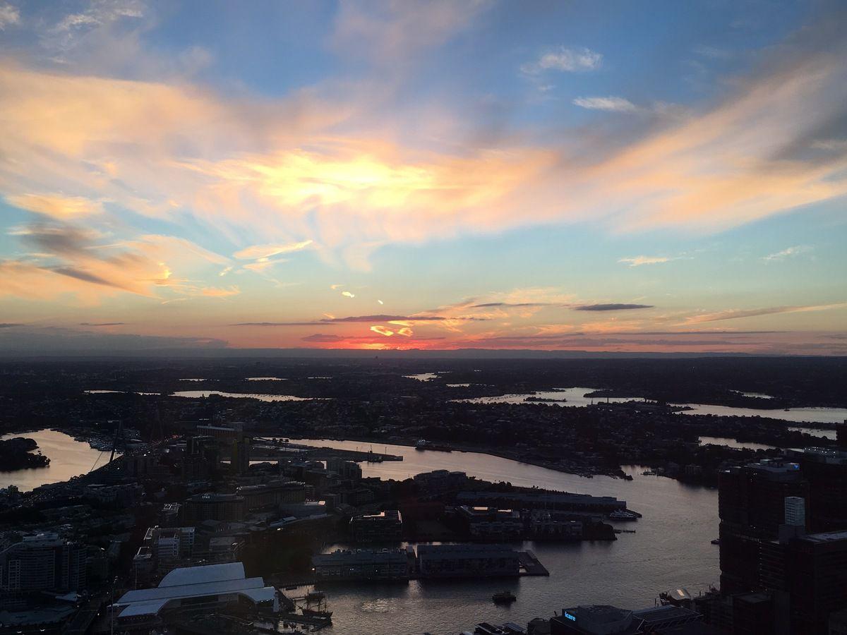 Sydney vu de la Tower Eye avec le Port militaire et le Royal Garden, St Mary's Cathedral, et l'Anzac War Memorial et le coucher de soleil en prime...