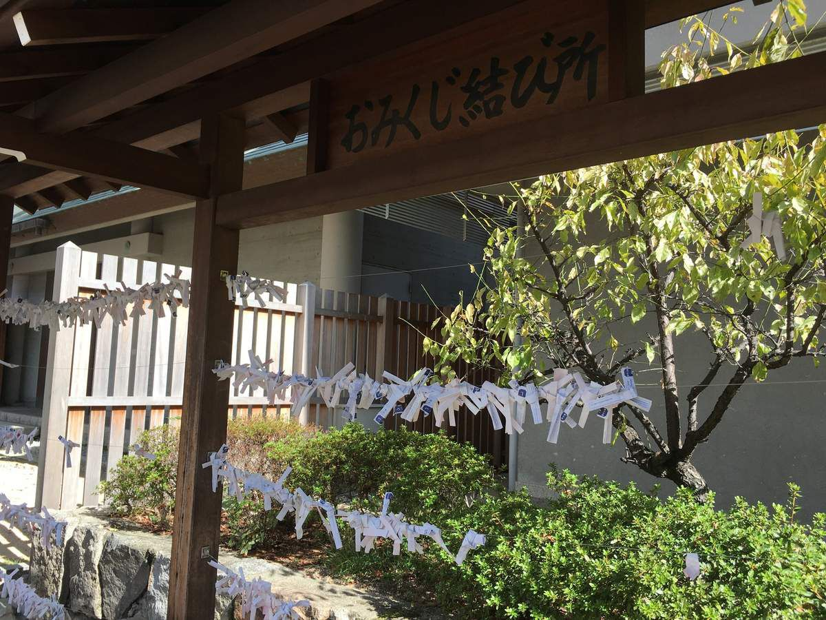 Les ema ou porte-bonheur accrochés devant le Temple