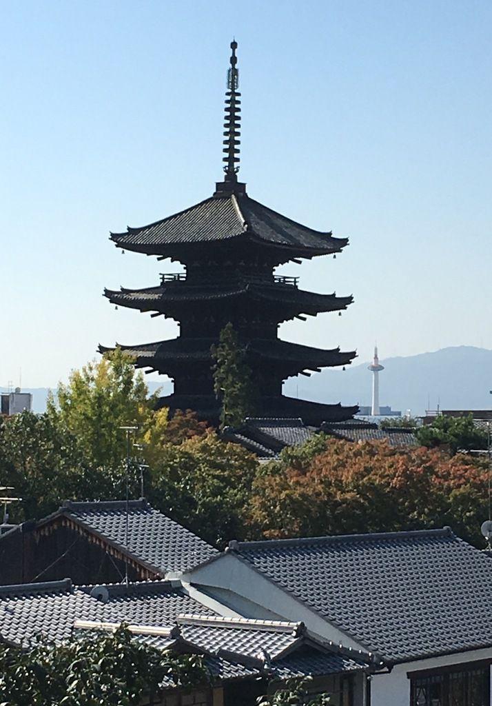 Entre modernité et tradition, la tour de Kyoto et la pagode Yasaka