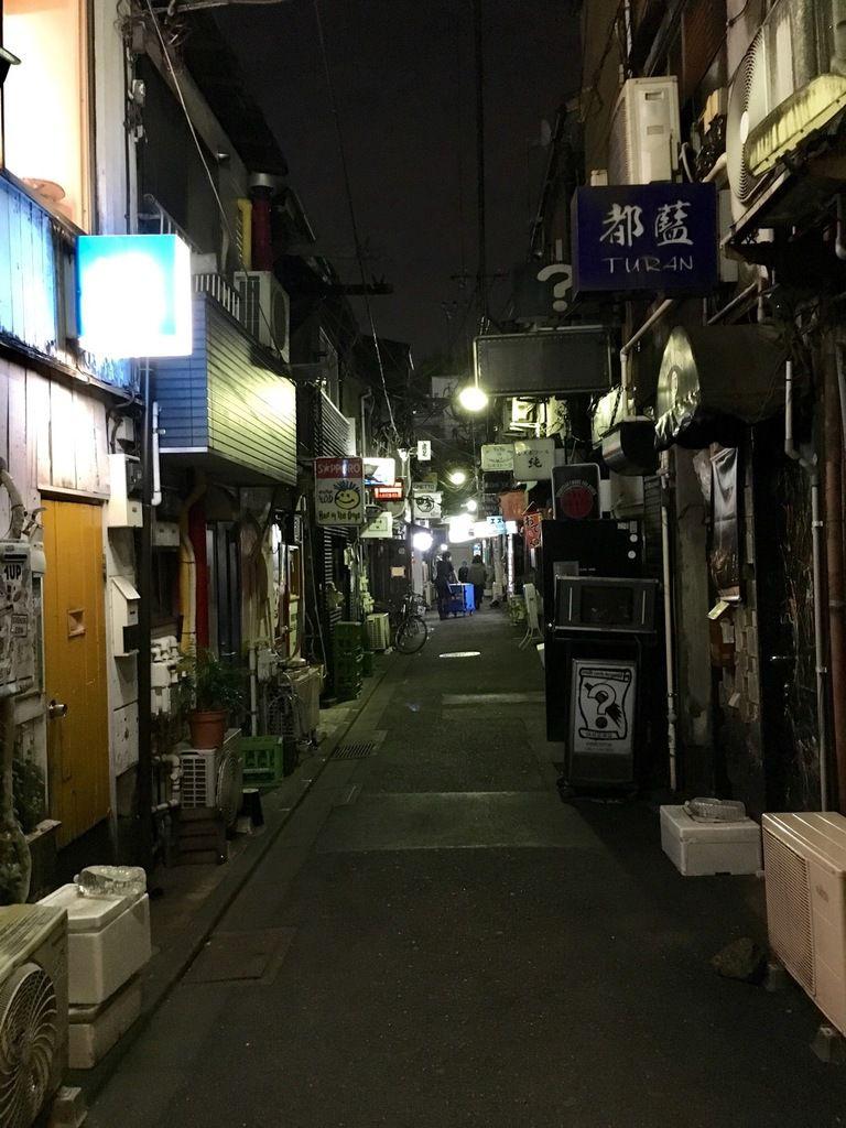 Le Golden gay, dans le quartier Kabuki-chō, petits bars aux allures clandestines