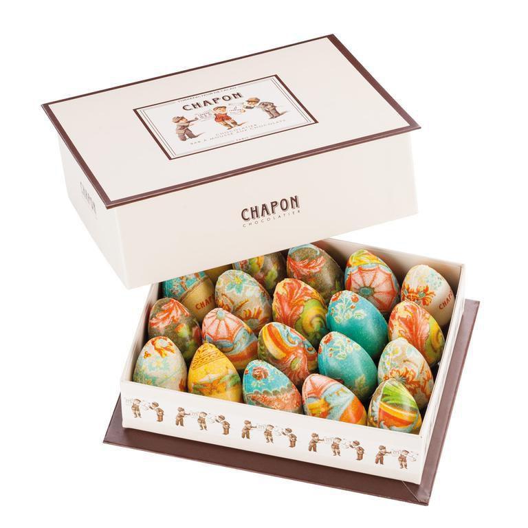 Le Coffret d'Oeufs du chocolatier-torréfacteur Patrice Chapon, un coffret coloré qui contient vingt œufs en robe de praliné, rehaussés d'amandes et de noisettes.