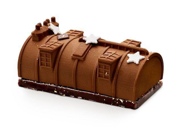 © Bûche Senoble «Vue des Toits».... Une alchimie «de biscuit noisette nappé de chocolat noir grand cru, un croustillant chocolat au lait noisette et le mariage heureux d'une mousse au chocolat noir et d'une mousse chocolat au lait et caramel avec des inclusions de copeaux de chocolat. Pour les chocolovers !» © Elle