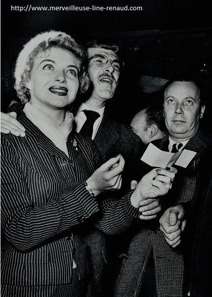 PHOTOS: Line Renaud en compagnie des laureats du Prix 'Disque Jockey'  1956