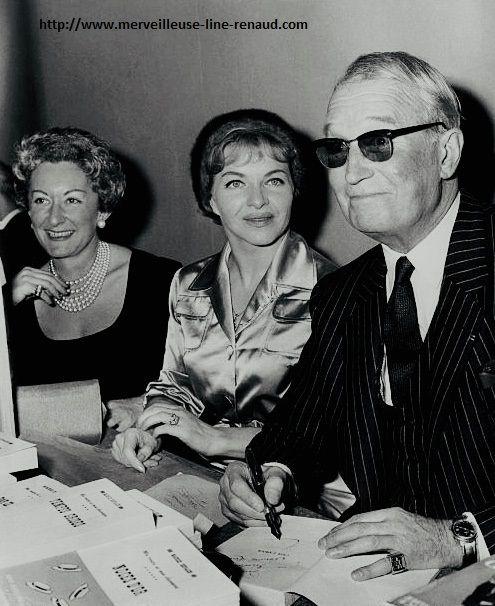 PHOTOS: Maurice Chevalier dedicace son livre 'C'est l'amour' sous le regard de Line Renaud en 1960