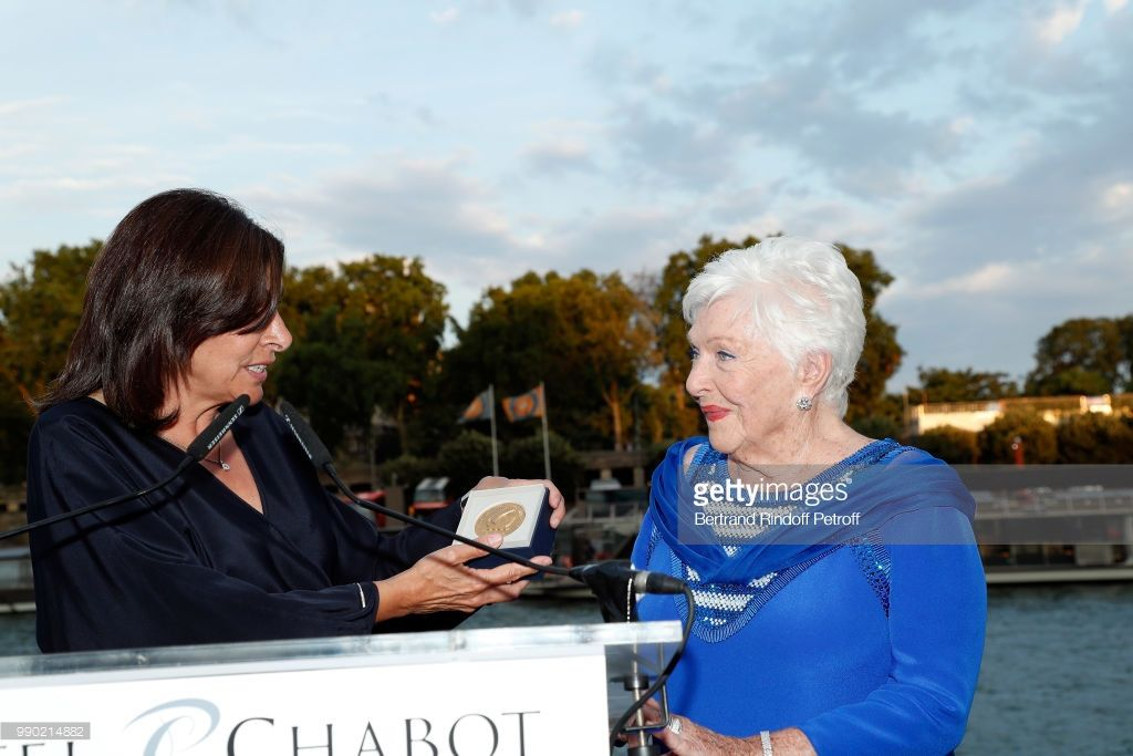 PHOTOS: Anne Hidalgo a décernée la médaille Grand vermeil de la ville de Paris à Line Renaud
