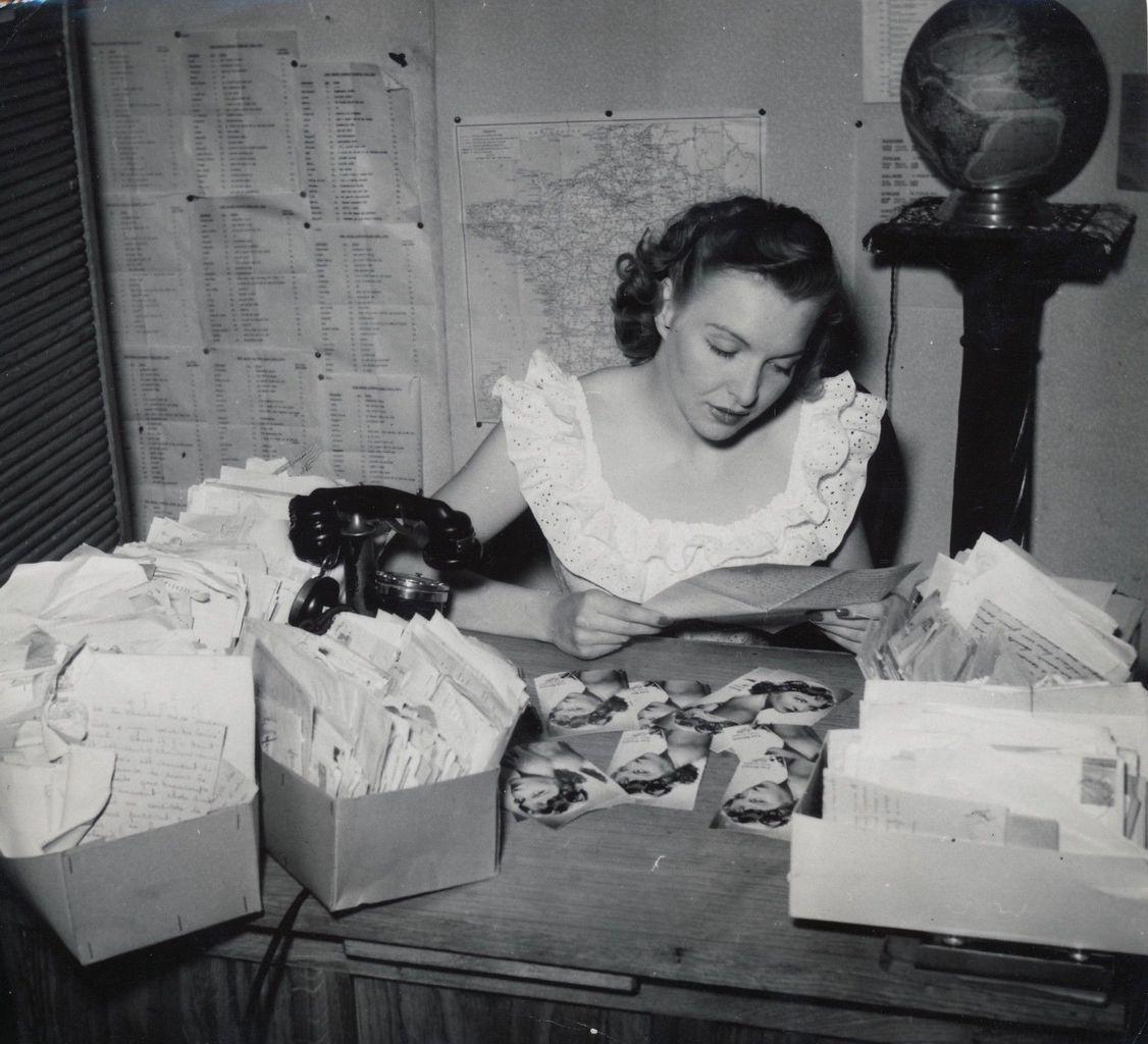 PHOTOS: Line Renaud répond au courrier des admirateurs 1949