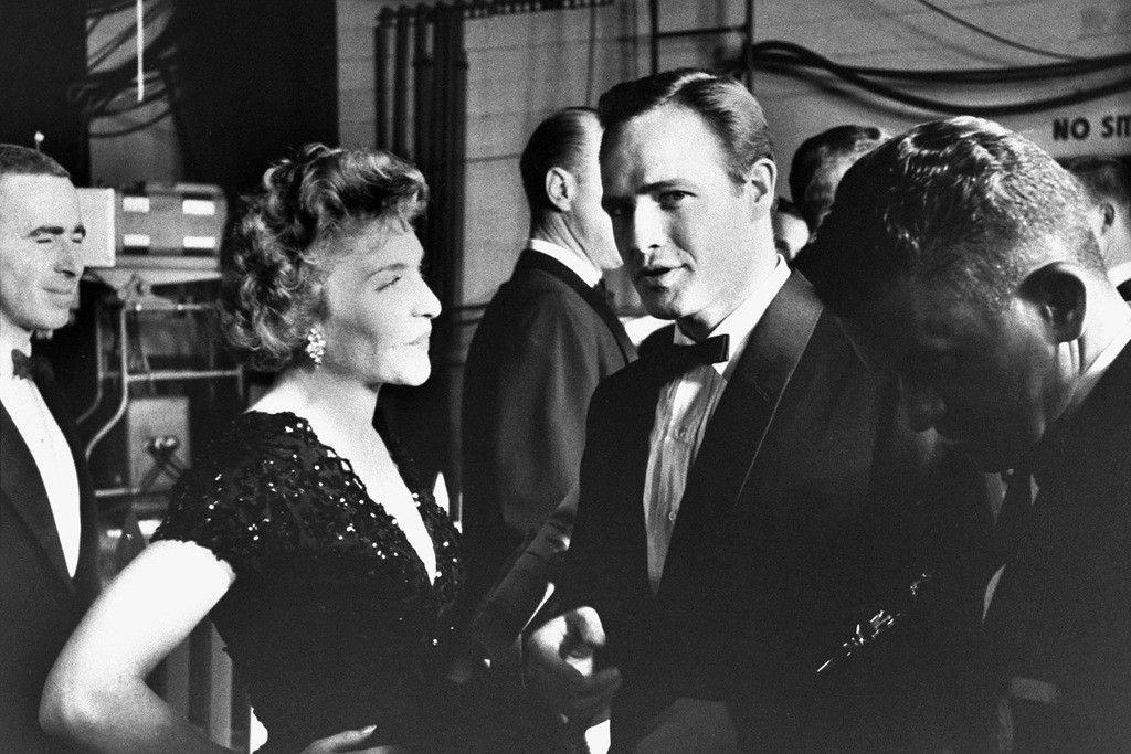 PHOTOS: Line Renaud  et Marlon Brando à la cérémonie des Oscars en 1955