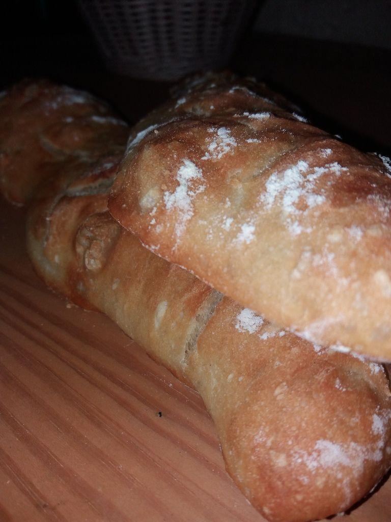 voici du pain maison facile à réaliser . J'ai pris cette recette sur le blog de Samar ; je vous met le lien ici http://www.mesinspirationsculinaires.com/article-baguette-sans-petrissage.html