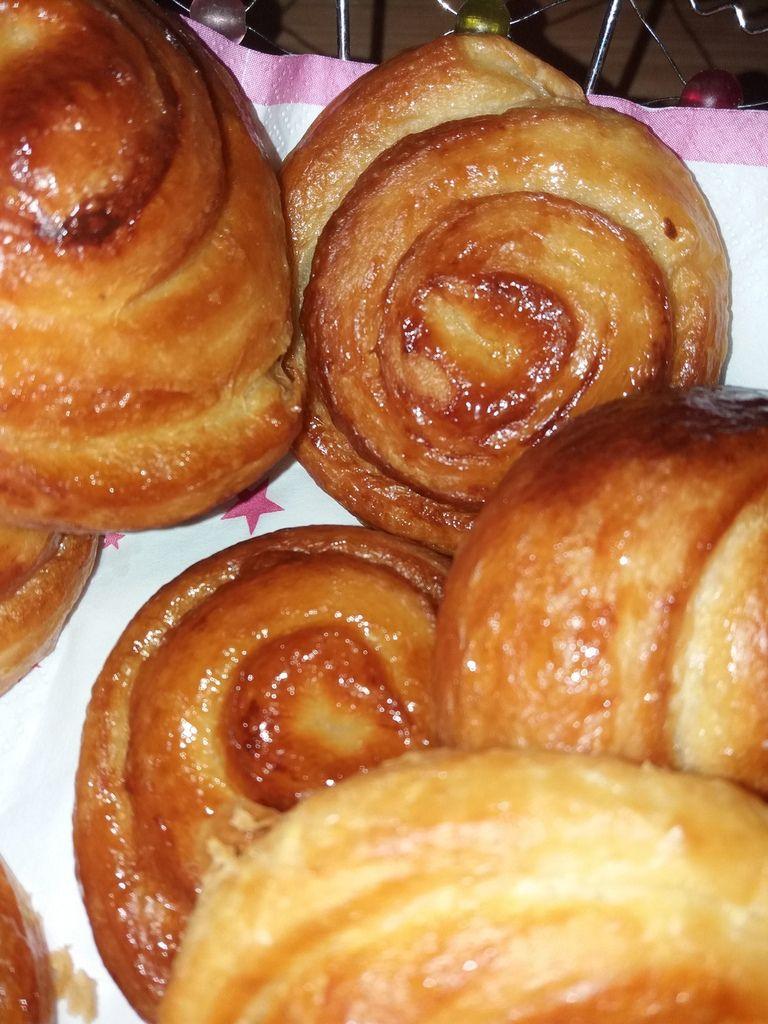 Cette pâte levée feuilletée est également utilisée pour la préparation des croissants , pains aux raisins ou chocolatines .