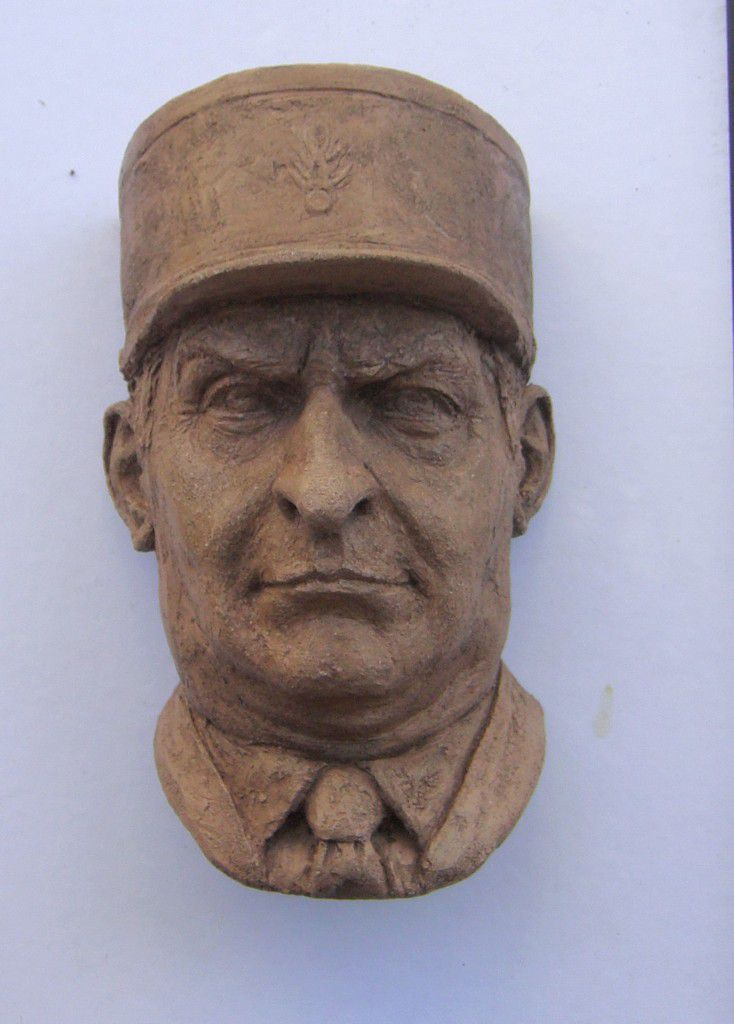 portrait de louis de funes sculpture