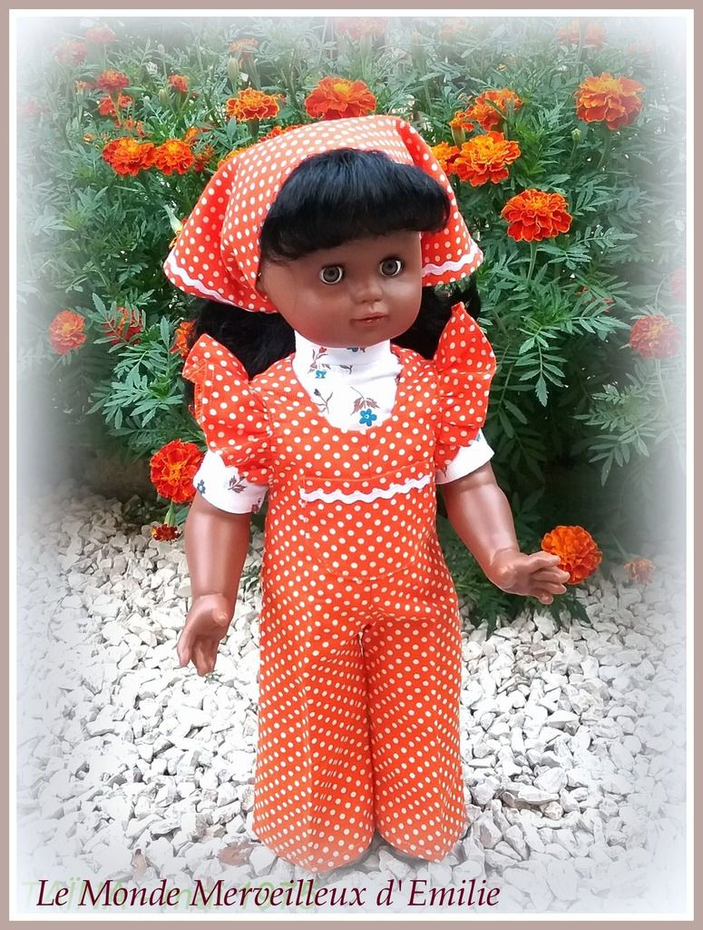 Emilie-Taïna porte l'ensembe de mai 1975