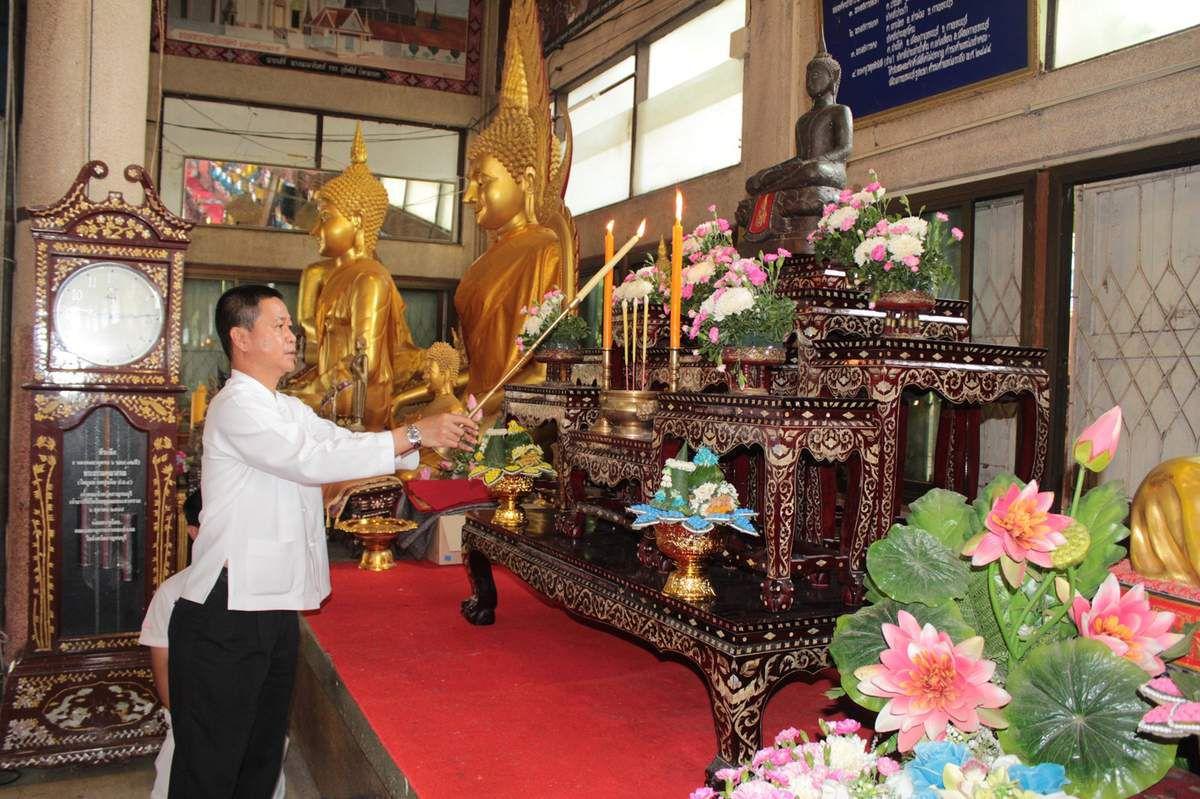 M. Somboon Yusuf, gouverneur de Kanchanaburi Visaka Bucha 2559. Wat Chai Chumphon Chana Songkhram à Kanchanaburi.