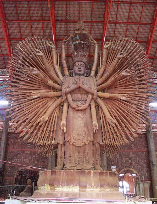 Statue géante de Chao Mae Kuan Im, la déesse de la Miséricorde dans le Wat Mattatham Bhodiyan à Kanchanaburi