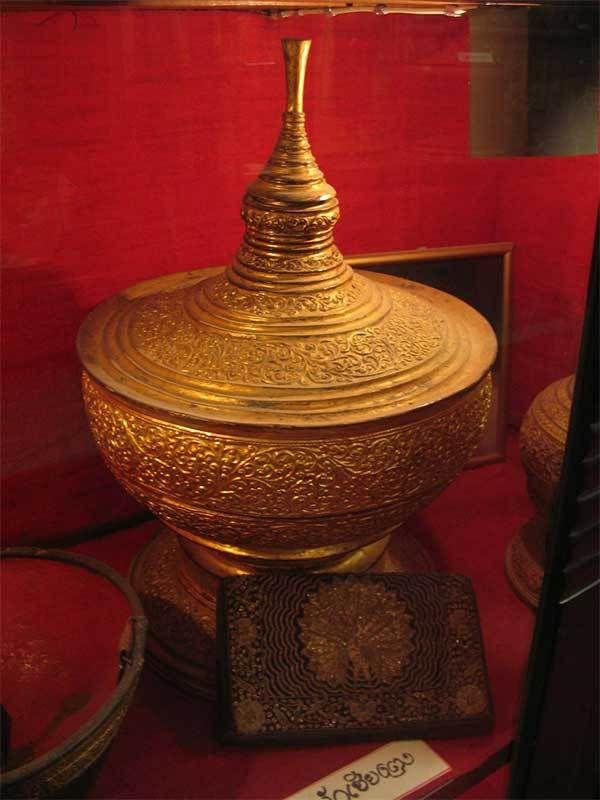 Le bol d'or 'Up Kham' du musée Up Kham à Chiang Rai