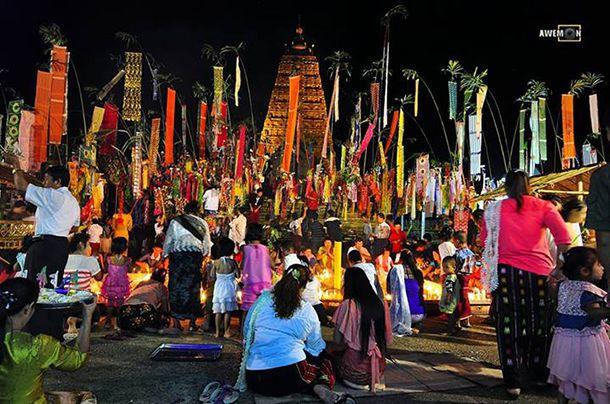 Festival de la pleine lune devant le chedi Buddhakaya à Sangkhlaburi