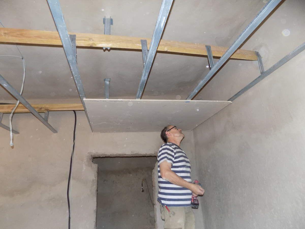 préparation du plafond suspendu, après fixation de l'ossature (par François Leduc)