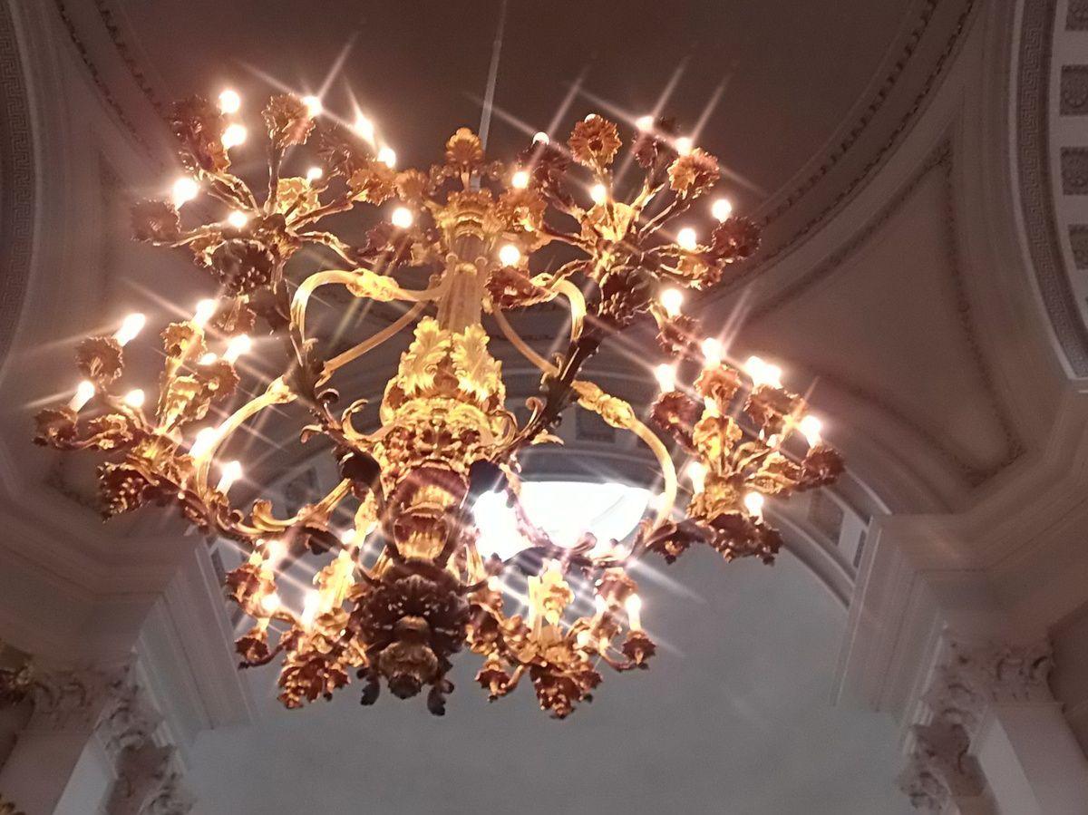 Chandelier avec mode spécial de l'appareil photo et cathédrale plein pied.