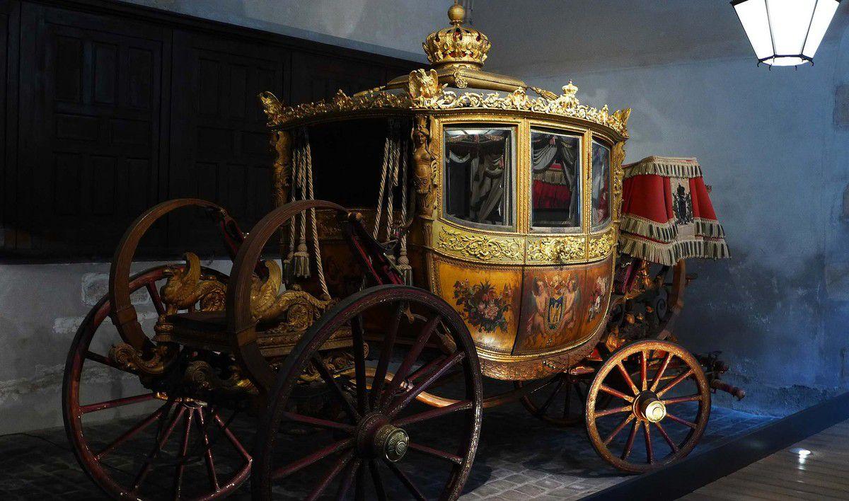 Berline du baptême du duc de Bordeaux construite en 1808 pour Jérôme Bonaparte, roi de Westphalie. Enrichie en 1821 pour le baptême du duc de Bordeaux. Modifiée en 1853 pour le mariage de Napoléon III.