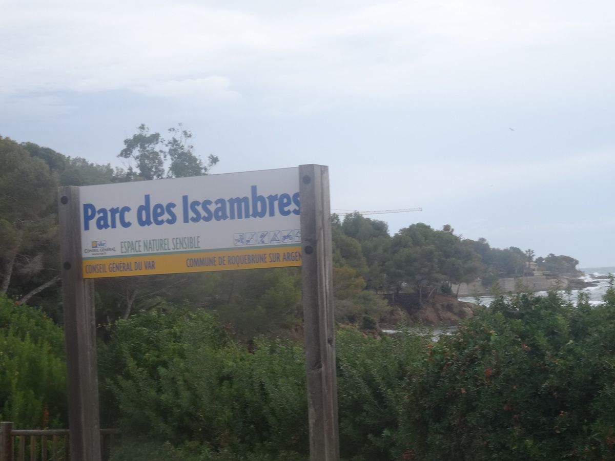 sentier des douaniers des Issambres face au spectacle d'une mer agitée