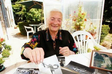 Colette Milner aujourd'hui entourée des photos de Bernard Giraudeau prises à l'époque où il vivait chez elle