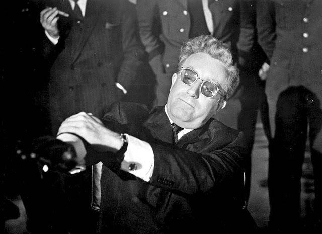 """""""Mein Führer! Je marche"""" (Et je tends le bras dans un geste bien phallique.) Rien n'excite plus sexuellement Folamour que la perspective d'une apocalypse nucléaire! Méchamment drôle (avec un Peter Sellers déjanté et génial). Tout le film est d'ailleurs une métaphore sexuelle qui montre que le désir de puissance via les armes conduit à la perte de l'humanité."""
