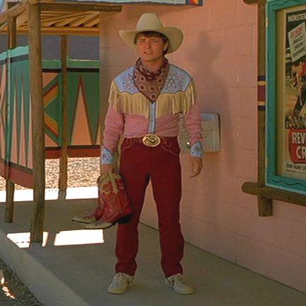Doc habille Marty en 1955 avec le costume criard de Roy Rogers qui fera de lui la risée des clients du saloon de Hill Valley. Le décalage générationnel entre les deux hommes s'incarne dans le fait que Marty -comme Zemeckis- ne jure que par Sergio Leone et Clint Eastwood que Doc ne connaît pas en 1955 (Clint débutait alors tout juste sa carrière au cinéma comme le rappellent les affiches clin-d'oeil du cinéma drive-in, Clint jouant alors de si petits rôles qu'il n'était même pas crédité au générique!).