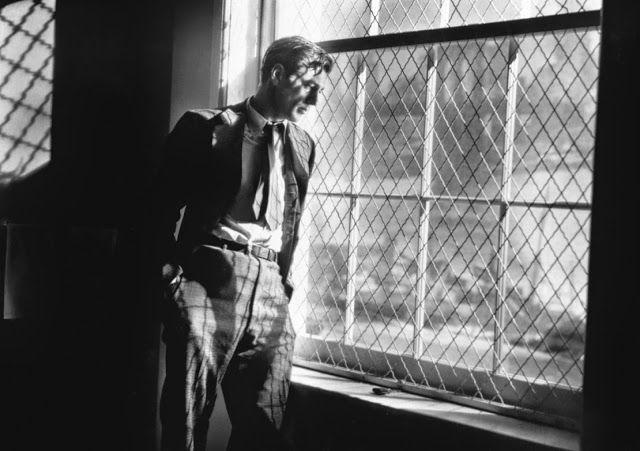 Longfellow Deeds, l'un des héros de Capra fait aussi partie de mes mentors spirituels depuis plus de 20 ans. Son comportement d'enfant-adolescent énigmatique (pour ceux qui ne jurent que par l'argent) conjugué à son fabuleux héritage (dont il ne veut pas) lui valent d'être la proie de tous les escrocs de New-York. Ils le prennent d'abord pour un idiot puis lorsqu'ils s'aperçoivent qu'il ne l'est pas et qu'il sait se défendre, ils tentent de le faire passer pour un fou. Jusqu'à ce qu'au tribunal s'engage un débat mémorable sur les notions de normalité et de différence, Deeds renvoyant à chacun le reflet de sa propre étrangeté.