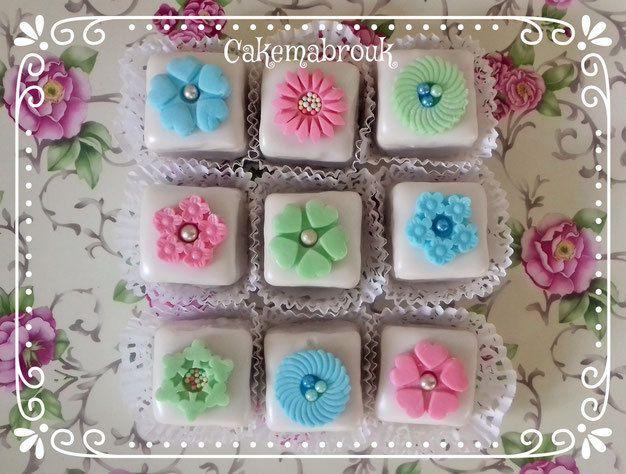 Mkhabez carrés au glaçage et décoration en pâte à sucre avec les découpoirs cakemabrouk
