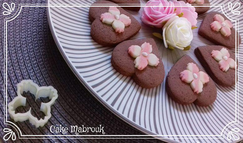 Sablés au chocolat coeur décoration en pâte d'amande blanche et rose