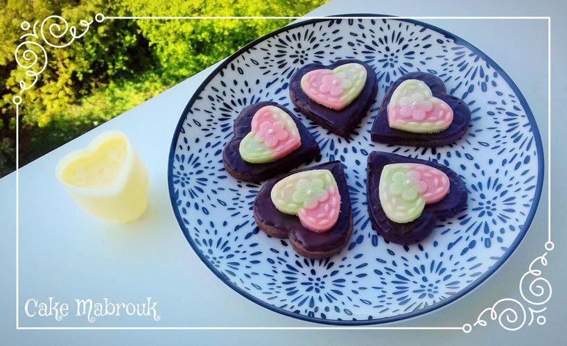 Biscuits coeurs tout chocolat et son coeur en pâte d'amande