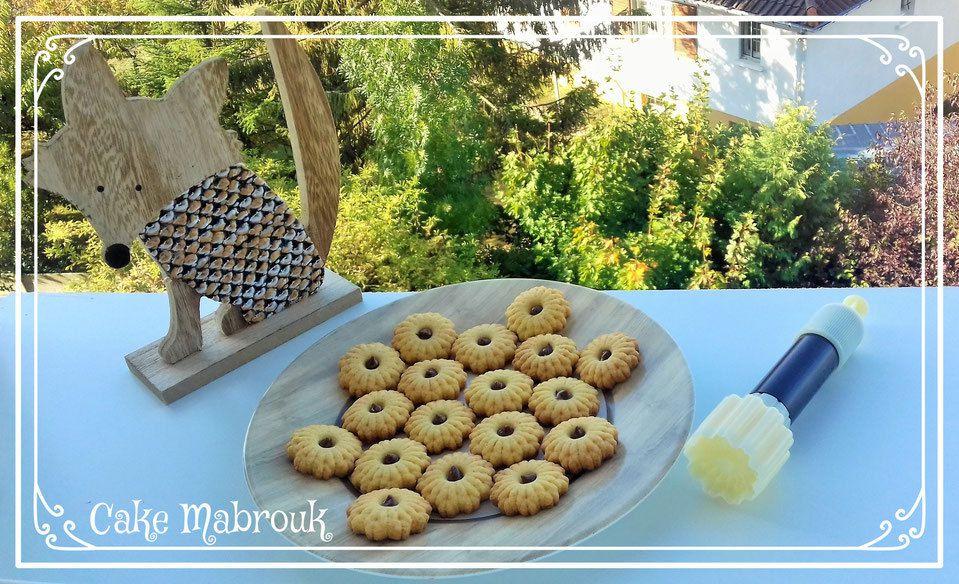 Petits biscuits vanille et coeur chocolat avec le piston chrysanthème