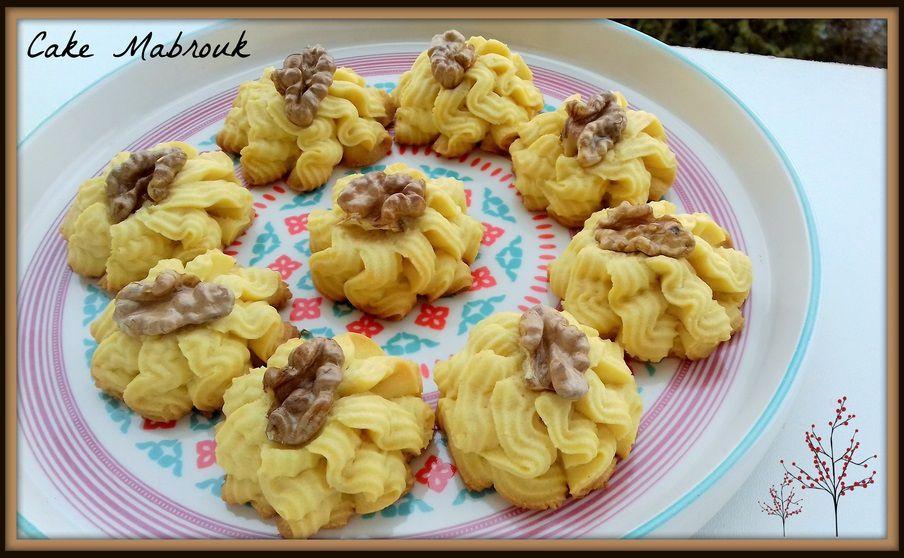 Petits fours aux noix à la seringue à biscuit
