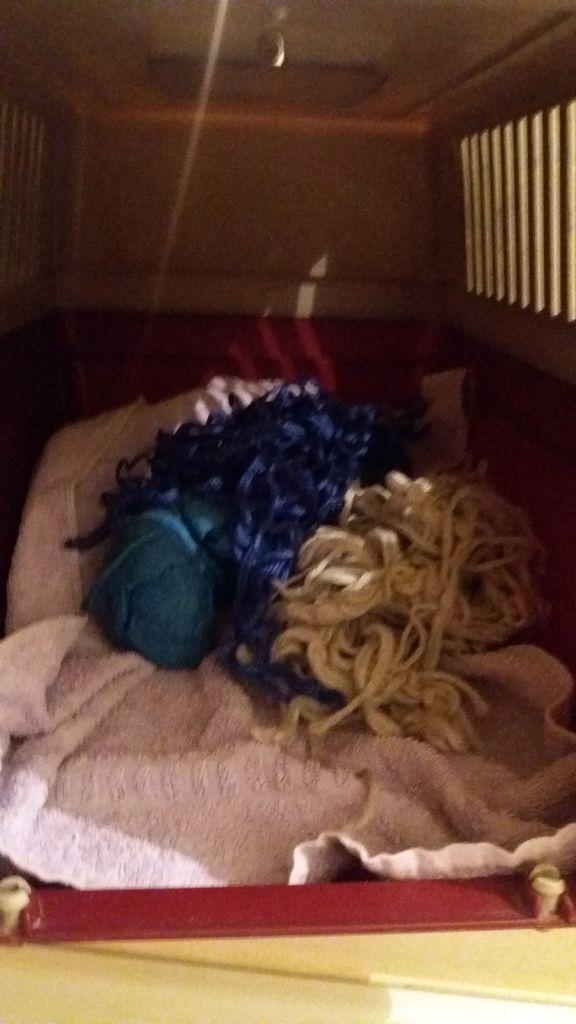 """Quelques unes de mes pelotes de laine, mais elles sont moches """"pasque"""" ma soeur elle a lavé avec le linge à 40° alors maintenant mes pelotes elles sont très moches et abimées"""