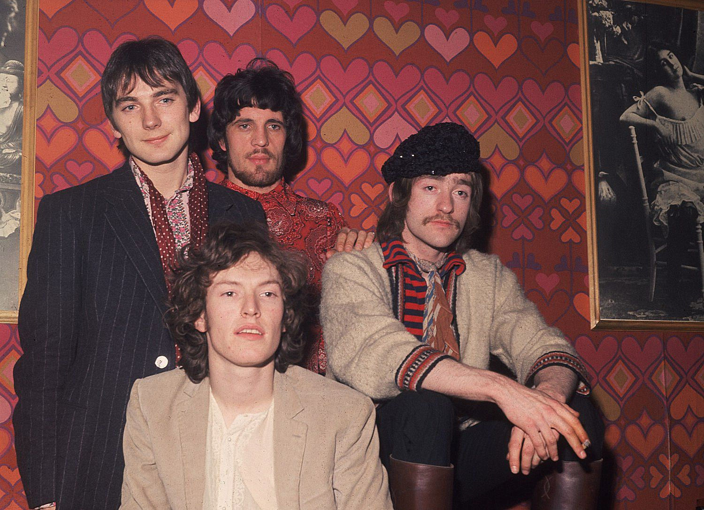 Hole in My Shoe est une chanson du groupe Traffic sortie en 1967. En voici la traduction documentée dans le blog www.rocktranslation.fr.