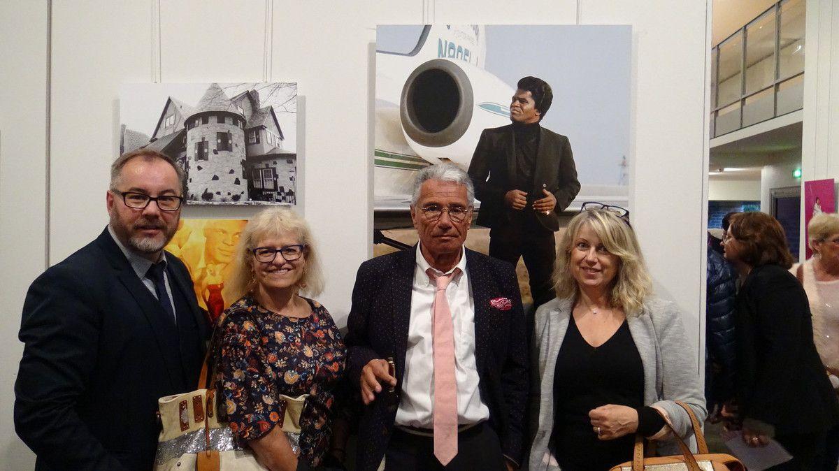 Belle photo de famille entourant Jean-Marie Périer, mais je ne sais plus qui de mes sœurs était pro Johnny Hallyday et qui était pro Michel Sardou... En revanche j'ai de douloureux souvenirs de chorégraphies de Cloclo.. mais ça, c'est une autre époque et une autre histoire... #loveyoumysisters