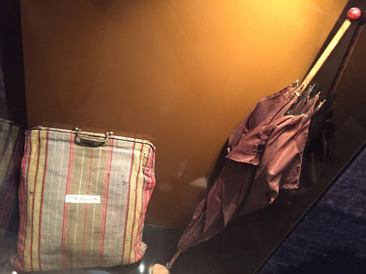 Sac de voyage et parapluie de Bernadette à son arrivée à Nevers