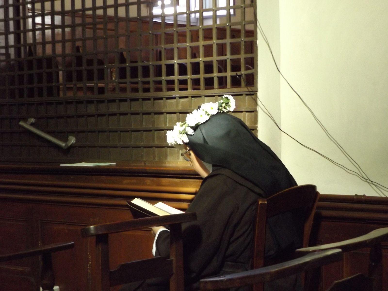 Il y a toujours une Sœur présente dans la chapelle. ici Sœur Marie-Thérèse de l'Enfant-Jésus le jour de son jubilé, le 15 août 2019