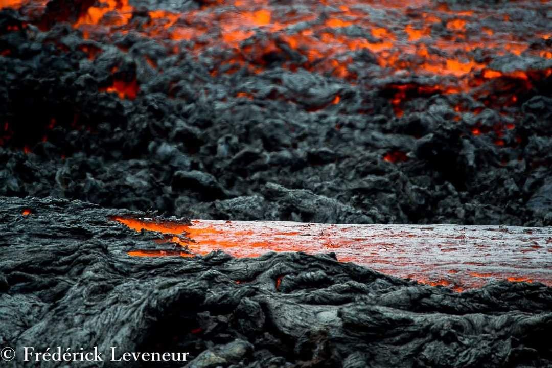 """Cette éruption donnera naissance au cratère Kala et Pelé formée  lors de cette éruption du 24 août au 31 octobre 2015 . C'est un imposant cône de scories gris foncé, de taille équivalente au cratère """"château fort""""."""