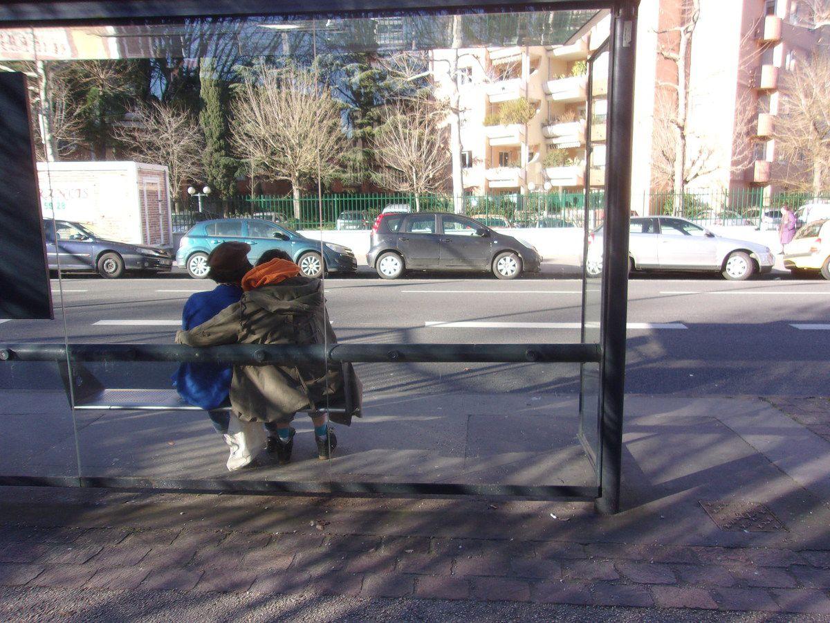 La tendresse d'un couple à un arrêt de bus est émouvante.