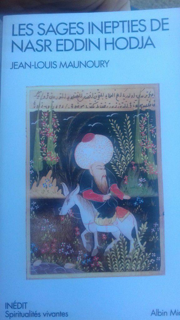 Voici les contes de Nasr Eddin Hodja avec son âne, son turban et sa langue bien pendue. Nasr Eddin joue assez souvent les naïfs avec sa mauvaise foi, ses ruses et ses méfaits divers.  Des petites histoires courtes qui nous réjouissent par son irrévérence et sa sagesse joyeuse mais pas très conventionnelle !