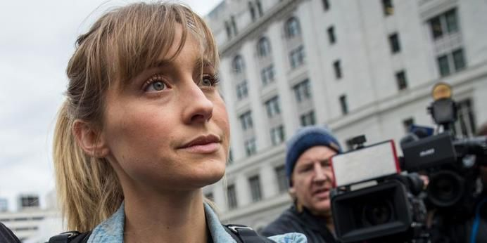 allison-mack-devant-la-cour-de-brooklyn-psycho-criminologie.com