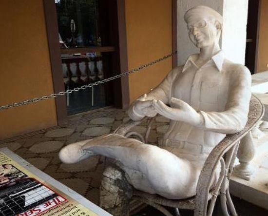 la sculpture de Charles Sobhraj au restaurant O'Coquero
