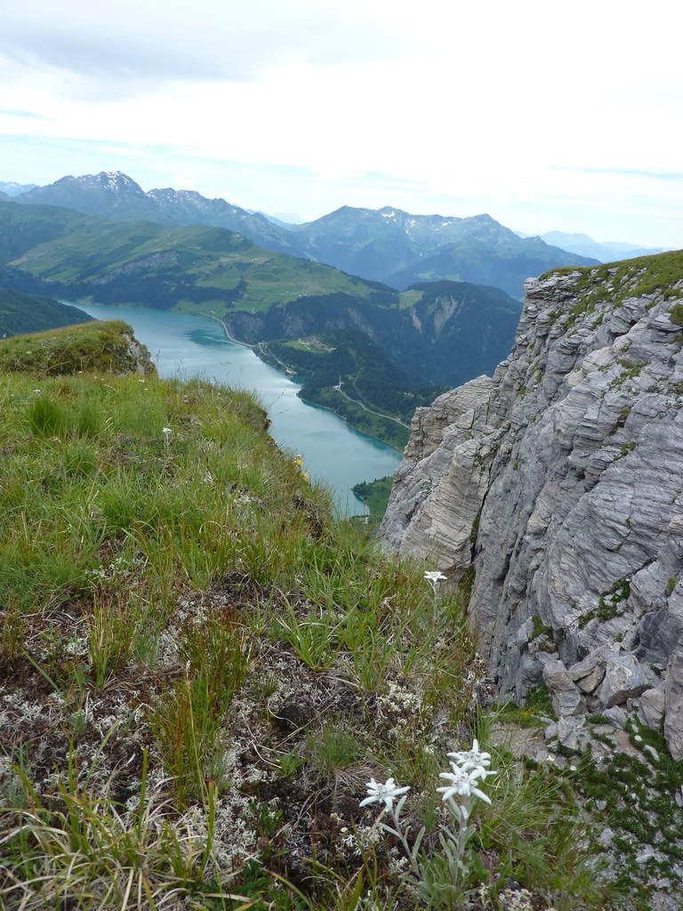 Via Ferrata de Beaufort Le roc du Vent - Nous dominons le lac de Roselend situé à 1600 m d'altitude, son barrage et le lac de la Gittaz