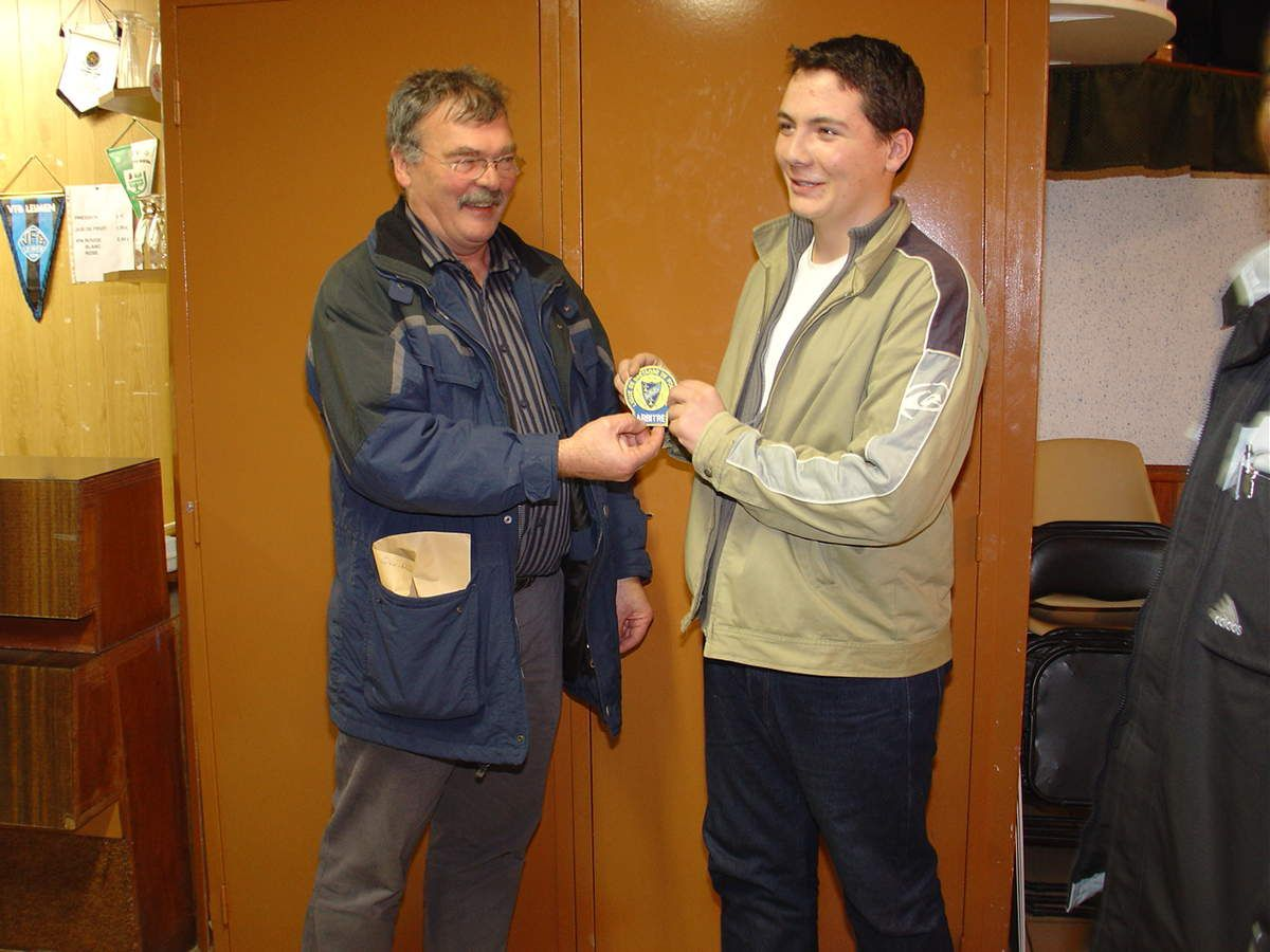 Alain GIRE, membre de la commission départementale des arbitres (CDA 29) a remis le macaron d'arbitre à Kévin.