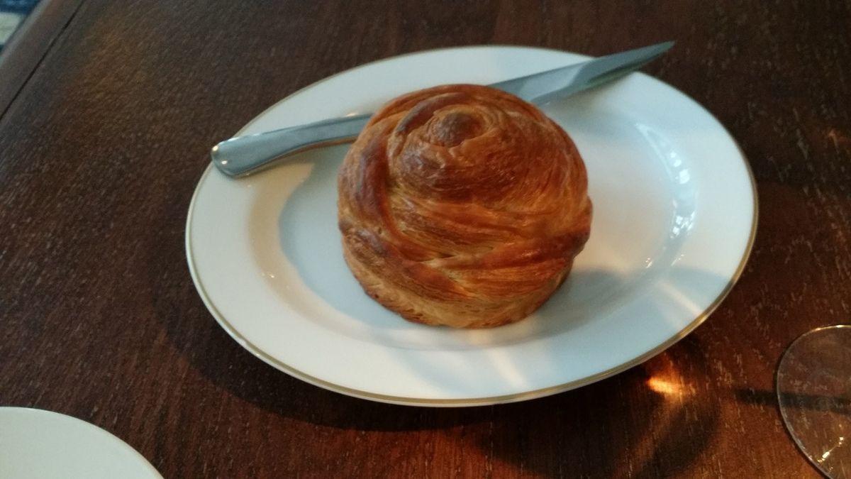 Restaurant Virtus Paris 12 - Un roulé en pâte feuilleté pour faire office de pain....