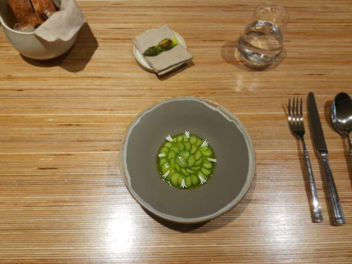 Asperge verte confite aux baies de genièvre crème d'asperge blanche olives déshydratées burrata et vinaigre de genevrier NESO Restaurant Paris 9