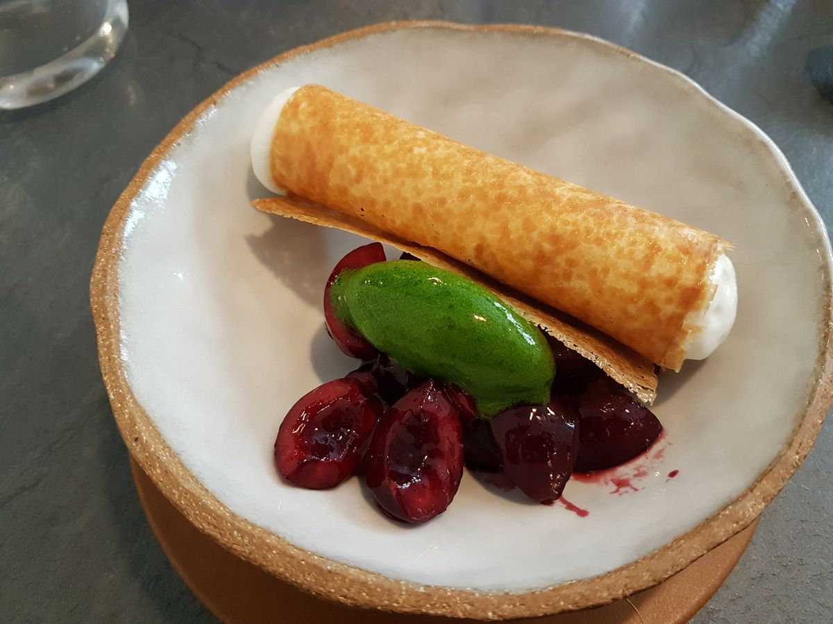 Cerises marinées, glace basilic et cannelloni crème amande fleur oranger L'Innocence Restaurant Paris 9