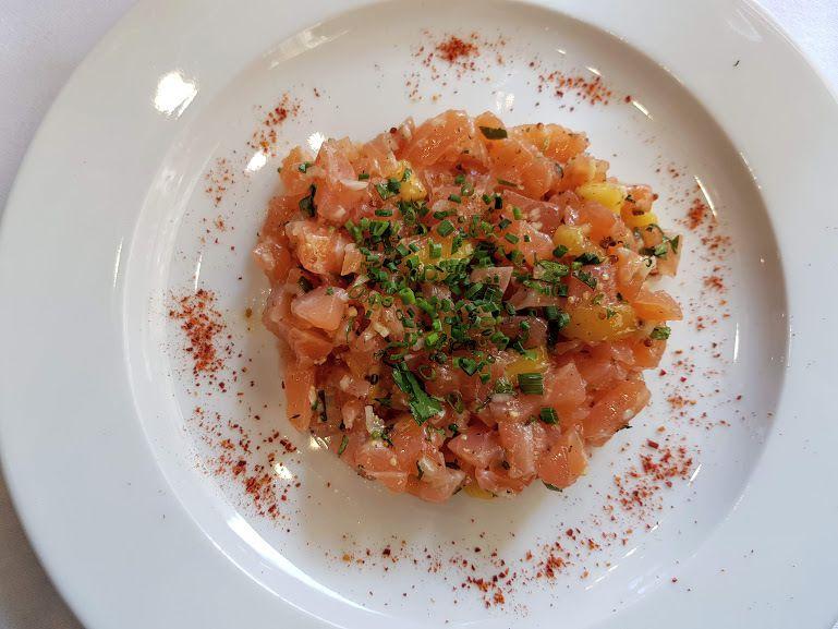 Tartare de saumon et cabillaud à l'huile d'olive citronnée, gingembre et fines herbes La Petite Folie Restaurant Neuilly sur Seine